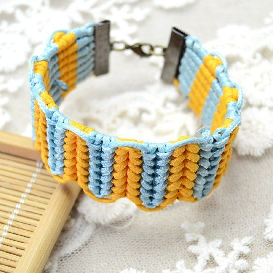Here I'm gonna to show you a tutorial on how to make an easy friendship bracelet with half hitch knots. Hope you like it!