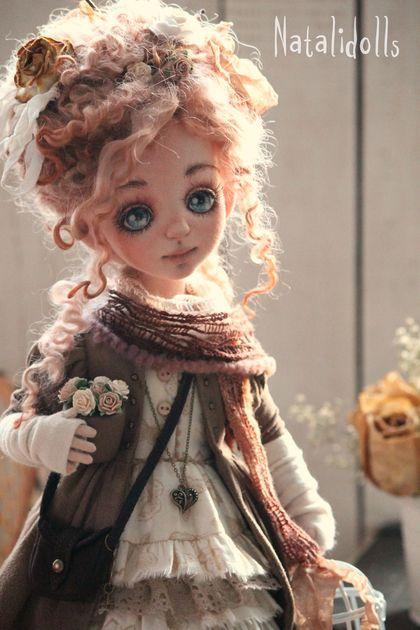 Эмили. Авторская текстильная кукла.Служит украшением интерьера.Стоит с подставкой,умеет сидеть,ручки    сгибаются.Одежда несъемная.
