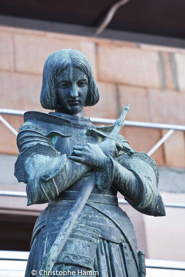 Reichshoffen (67) - Place Jeanne-d'Arc : Sainte Jeanne d'Arc. Réalisée par le fondeur Christofle et Cie sur la base d'une statue en terre cuite modelée en 1837 par la Princesse Marie d'Orléans. Vers 1920. © Christophe Hamm