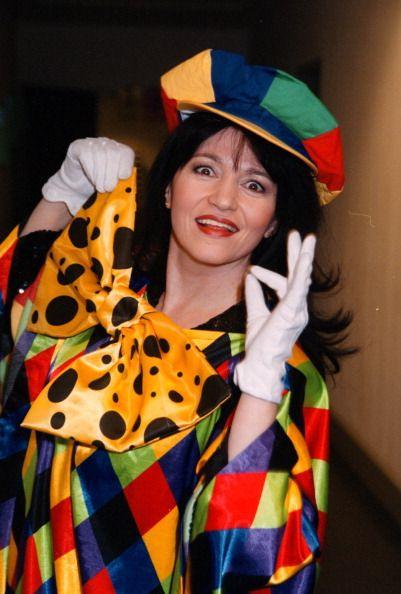 Mara Kayser Tournee 'Frühlingsfest derVolksmusik' Bremen 'Stadthalle' Backstage Kostüm Clown Zauberin zaubern Handzeichen für 'ok' HutProdNr 263/2001