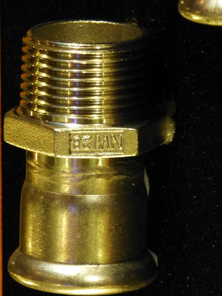 """ISOTUBI, S.L. El sistema PRESSFITTING nos permite la unión de tubo y accesorio mediante prensado en frio, sustituyendo la unión soldada. Goza de múltiples ventajas respecto a este último, pues el tiempo medio de soldadura en una pieza de """"diámetro 22 """"es de 25 minutos, mientras que con el sistema prensado no llega a los 5 minutos. El sistema prensado ya no sólo es más rápido sino que la instalación es menos costosa, pues no requiere la contratación de un soldador."""