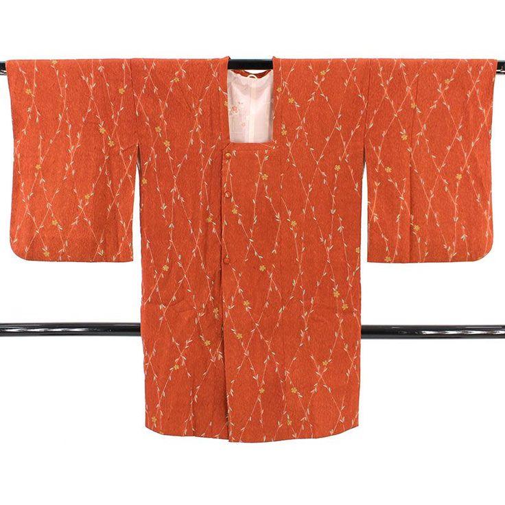 落ち着いた朱赤、錆朱色の地色に、ふくれ織りのような立体感のあるシワ加工が施された変わり織で、緑の植物を使った菱格子と所々に桜の小花の文様です。  <シチュエーション> 肌寒い季節のお出かけに、防寒として、ちりよけとしてお使いいただけます。  <風合> ふくれ織りのような立体感がある織で、ふっくらとした手触りです。 厚み感はなく薄手で、着ぶくれせずすっきりとした着姿です。   【楽天市場】道行コート くすんだ錆朱 植物の格子に桜小花 【中古】【リサイクル着物・リサイクルきもの・アンティーク着物・中古着物】:ビスコンティ&きもの忠右衛門