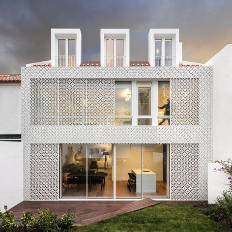 This house is located in an early 50´s residential neighborhood, more precisely at the western edge, in an area surrounded buy terraced houses, near the Restelo shopping street.The main area of intervention was the rear part of the house,...