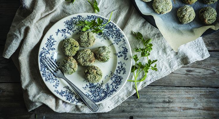 Le polpette di scarola sono una ricetta facilissima, da preparare per gustare in modo nuovo sia l'insalata che le polpette