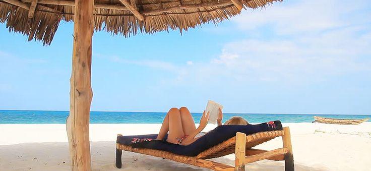 Ευτυχία είναι να προμηθεύεσαι τα βιβλία του καλοκαιριού, έτοιμη να απλωθείς στον ήλιο και να τα απολαύσεις.