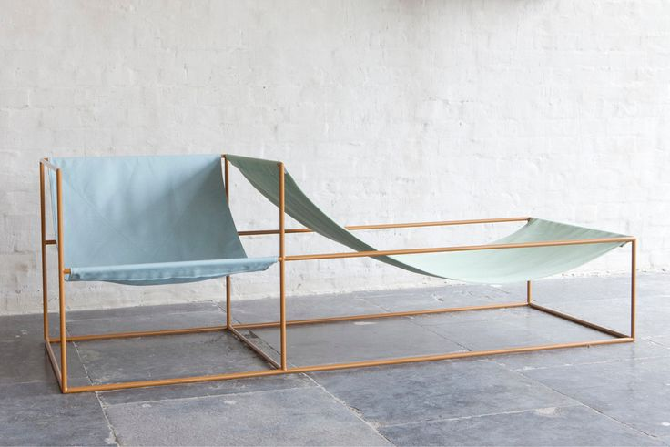 Belle chaise longue conçue par Muller Van Severen. Constituée par une structure en acier avec deux sièges en tissu.