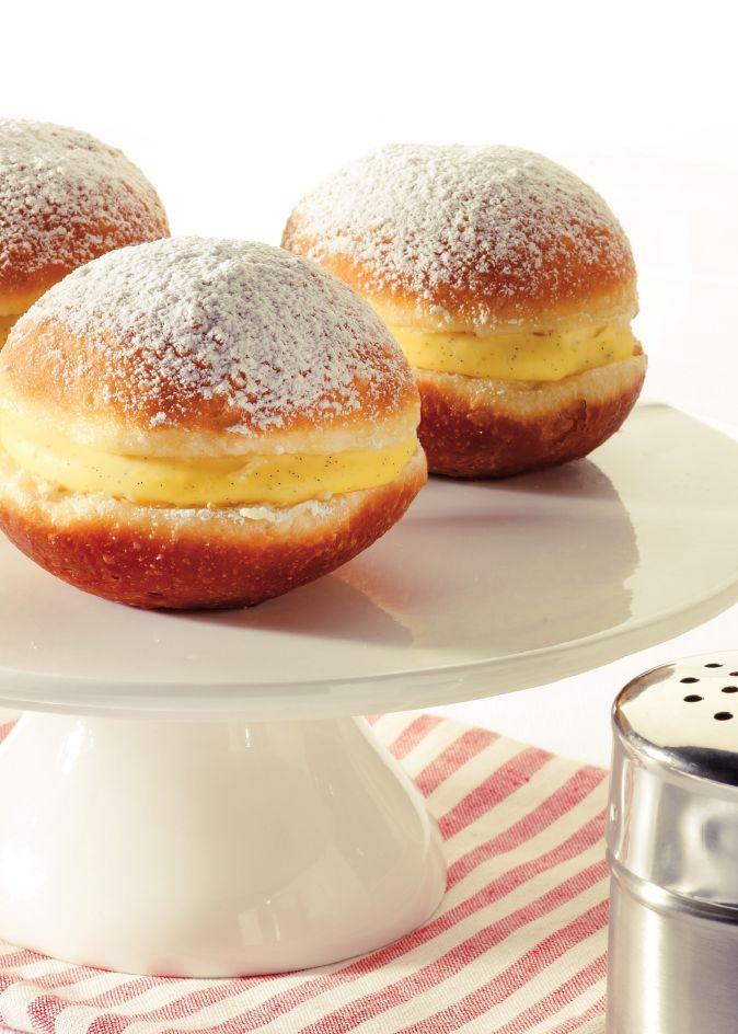 Bereiden:Maak het deeg:Los de gist op in de kokosmelk, maak een kuiltje in de bloem en giet de melk erin. Doe de eidooier en vanillemerg erbij en meng de bloem erdoor. Meng de rest van de ingrediënten door het beslag en kneed tot een soepel deeg.Rol het deeg tot een bolletje, dek af met een propere theedoek en laat 30 minuten rijzen.Maak de banketbakkersroom:Klop de eidooiers los met de melk en roer er de crèmepoeder en suiker door. Breng de kokosmelk met het vanillemerg en stokje...