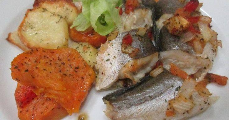 Fabulosa receta para Pescadilla con verduritas, papas y boniatos al horno . Un plato sano y sabroso. Pescado al horno cubierto de verduritas al perejil. Acompañado de rodajas finas de patatas y boniatos dorados.