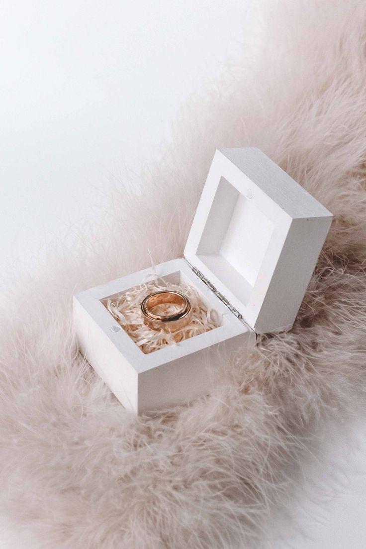 Свадебные шкатулки для колец ◈ Авторский Киоск Обручальные кольца красиво смотряться на натуральной соломке. Свадебная шкатулка от мастерской Авторский Киоск