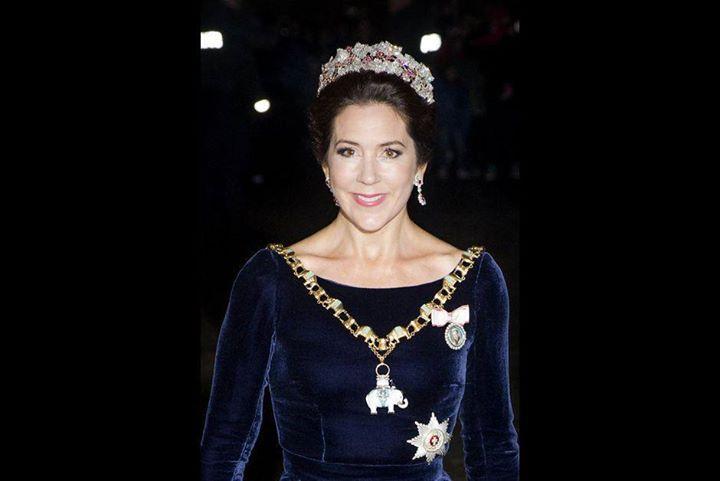 Joyeux 44e anniversaire à notre magnifique Princesse héritière Mary de Danemark comtesse de Monpezat. Né le 5 Février 1972 à Tasmanie Australie comme Mary Elizabeth Donaldson. Pendant les Jeux Olympiques d'été de 2000 à Sydney en Australie elle a rencontré le prince héritier Frederick au Slip Inn barre de pub et l'histoire de conte de fées a commencé en 2003 leur engagement a été annoncé et en 2004 ils se sont mariés en face de la famille royale danoise étrangères royale familles l'ensemble…
