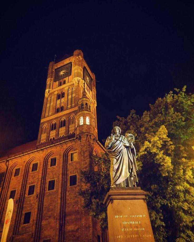 Toruń to jedno z najpiękniejszych polskich miast. Jeśli miałbym polecać obcokrajowcom miejsca które warto zobaczyć w Polsce to stolicy piernika na pewno nie zabrakłoby na mojej liście  Stare Miasto nocą jest niesłychanie klimatyczne  ____________ #docelowo #Toruń#Torun