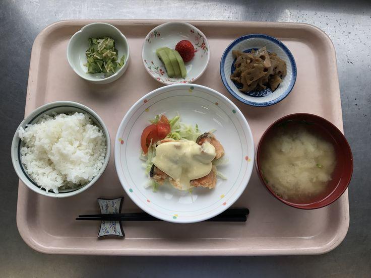 4月10日。鮭のマヨネーズソース、レンコンのおかか炒め煮、きゅうりのなめたけ和え、大根と揚げの味噌汁、キウイです!鮭のマヨネーズソースが特に美味しかったです!647カロリーです