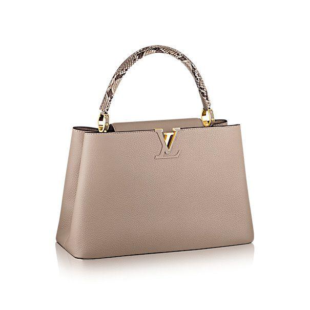 Descubra a Louis Vuitton Capucines MM:  Foi na Rue des Capucines, em Paris, que a primeira loja Louis Vuitton abriu suas portas. Tão atemporal quanto a própria Maison, a bolsa Capucines confere sofisticação a qualquer look. O couro granulado Taurillon combina com os preciosos detalhes em pele de píton para criar uma bolsa elegante com elementos clássicos: as iniciais LV, as características argolas laterais e a discreta flor do Monograma na aba de fechamento. Seu interior espaçoso a…