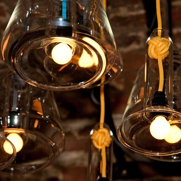 Le lampade Knot sono state create in vetro soffiato a mano e ciascuna di esse è supportata da un nodo pugno di scimmia. Le lampade sono versatili e possono essere installate in gruppo o da sole creando un bagliore unico. In qualsiasi modo si sceglie di disporle attireranno l'attenzione con la loro aura enigmatica. Design by Vitamin
