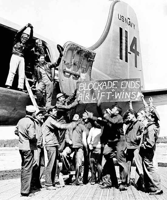 This Day in History: After 15 months and more than 250,000 flights, the Berlin Airlift ends on September 30, 1945. Repinned by www.gorara.com