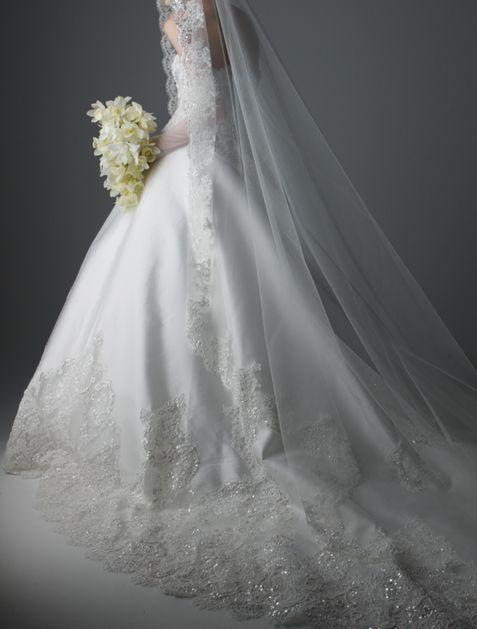 ミカド素材に、ビーズやスパンコール刺繍を施したアレンソンレースを柄置きした正統派のマリエ。極上の花嫁を演出します。
