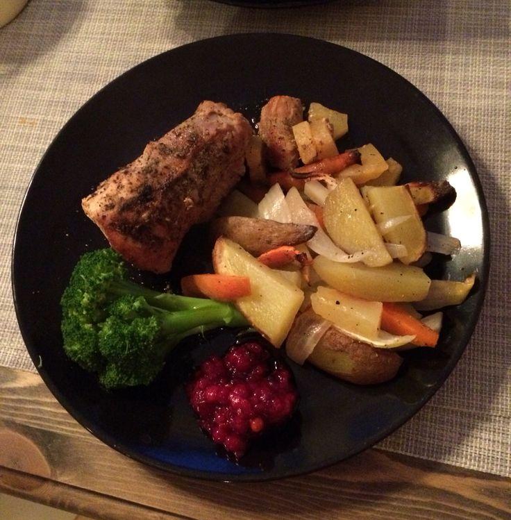 Svinefile med grønnsaker og tyttebær