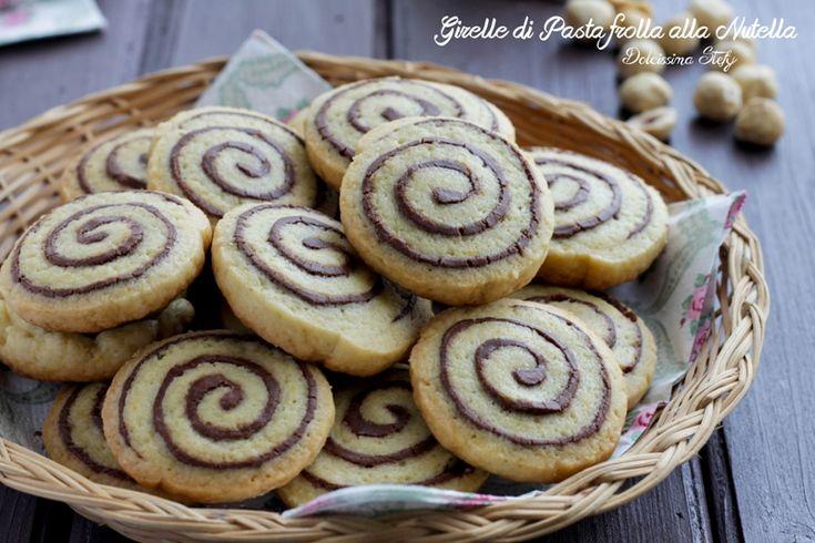Uno strato di pasta frolla ed uno di nutella e sono pronti per essere gustati, una vera delizia le Girelle di Pasta Frolla alla Nutella :D