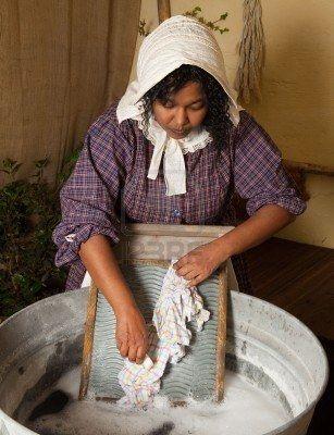 Femme victorienne lavage buanderie avec un washboard antique