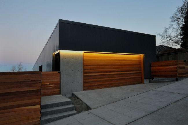 modernes garagentor holz design haus beleuchtung beton zaun | elli,