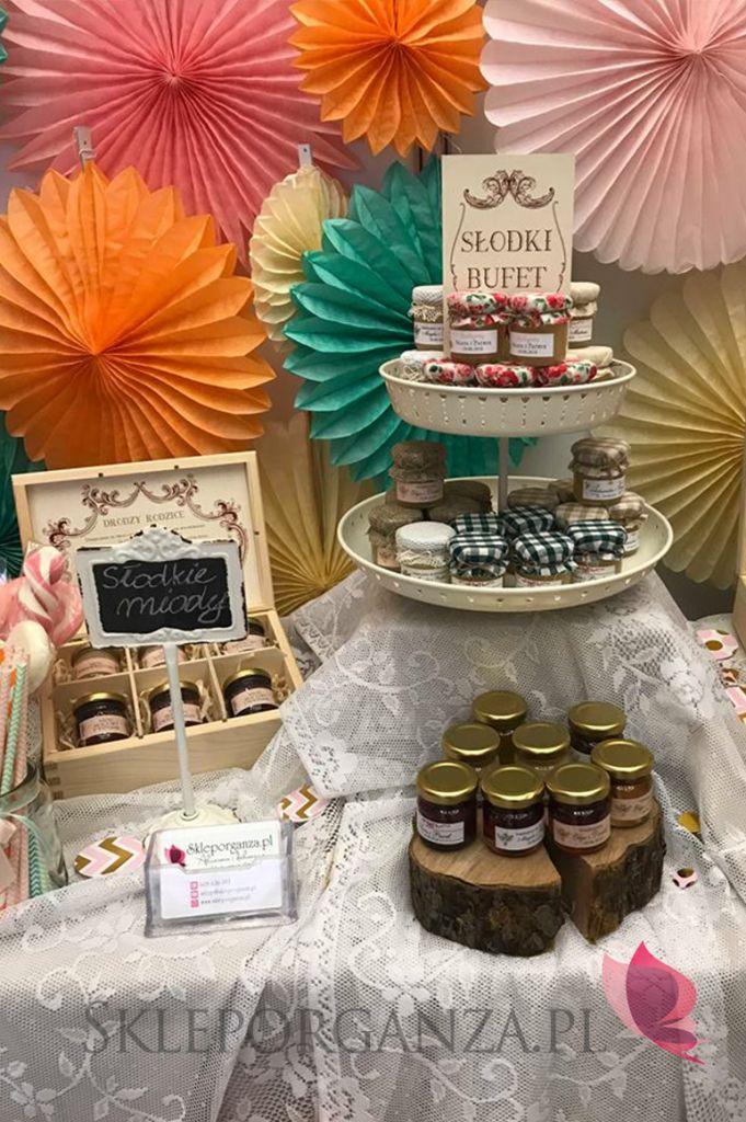 Targi ślubne - Polska Gala Ślubna. Inspiracje: upominki dla gości, miody personalizowane, skrzynki z miodami, podziękowania dla rodziców, dekoracja sali, kolorowe rozety, słodki bufet