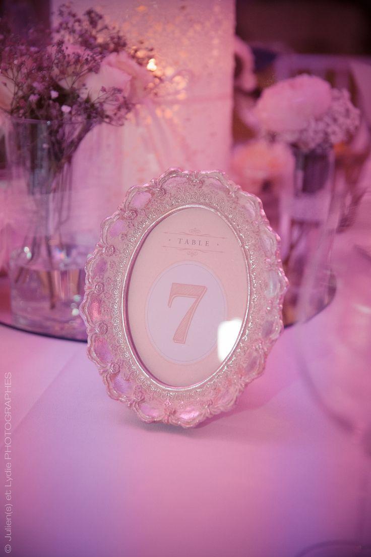 Numéros de table joliment encadrés pour le mariage Shabby Chic d'Anastasia & Geoffrey qui a eu lieu le 5 septembre 2015. Numéro de table : Print Your Love / Photographe Mulhouse : Julien(s) et Lydie Photographes #numérodetable #shabbychic #mariage #shabbychic #rose #rosepoudré
