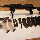 Works AKM-L 7,62x39: Prodám zánovní samonabíjecí pušku vzor AK 47 s mástřelem cca 500 ran. Kompletně ve vybavení FAB DEFENSE (taktické předpažbí, pažbička, pažba s tlumičem zpětného rázu a zásobníkovou šachtou, rezervní zásobník na 5 ran), dále modulem pro boční montáž, originální boční montáží, orig. bajonetem, orig. pažbičkou, dvojnožkou typu harris, orig. čištěním, boresnake, 5x 30 zásobník +2x 40 ran zásobník. Ke kompletu přidám ještě 300 nábojů. Pořizovací cena kompletu 28 000 - 30 000…