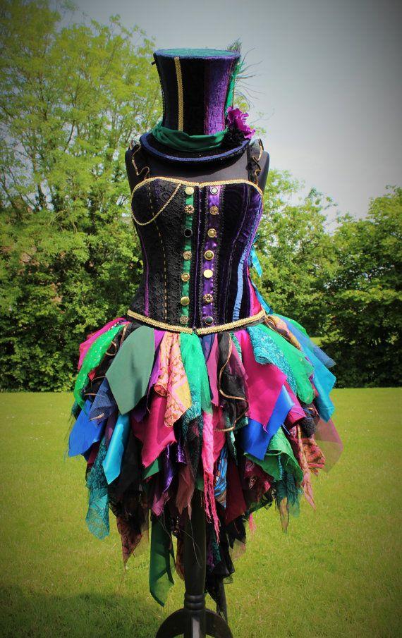 Welkom bij Faerie In het vingerhoedskruid!  Alle items zijn voorzien van handgemaakte thuis op het platteland van Lincolnshire. Geïnspireerd door schoonheid en doordrenkt met faerie magie.  Het afgebeelde kostuum is een op maat gemaakte orde en heeft verkocht. Deze aanbieding is voor een gemaakt op bestelling kostuum voor een gelijkaardig ontwerp.  Gekke Hattress Wonderland drukte rok.  Deze prachtig waanzinnig rok bestaat uit veel verschillende stoffen, met inbegrip van tulle, zijde…
