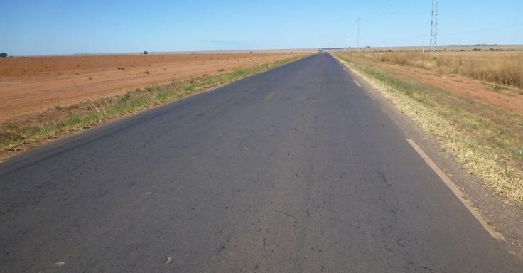 A rodovia BA-460, nas proximidades de Barreiras no estado da Bahia, Brasil.  Fotografia: Divulgação/Pesquisa CNT de Rodovias 2013.