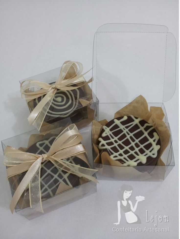 Pão de mel recheado e decorado na caixinha, lembrança de aniversário. Para encomendas personalizadas acesse o link www.lejonconfeitaria.com.br