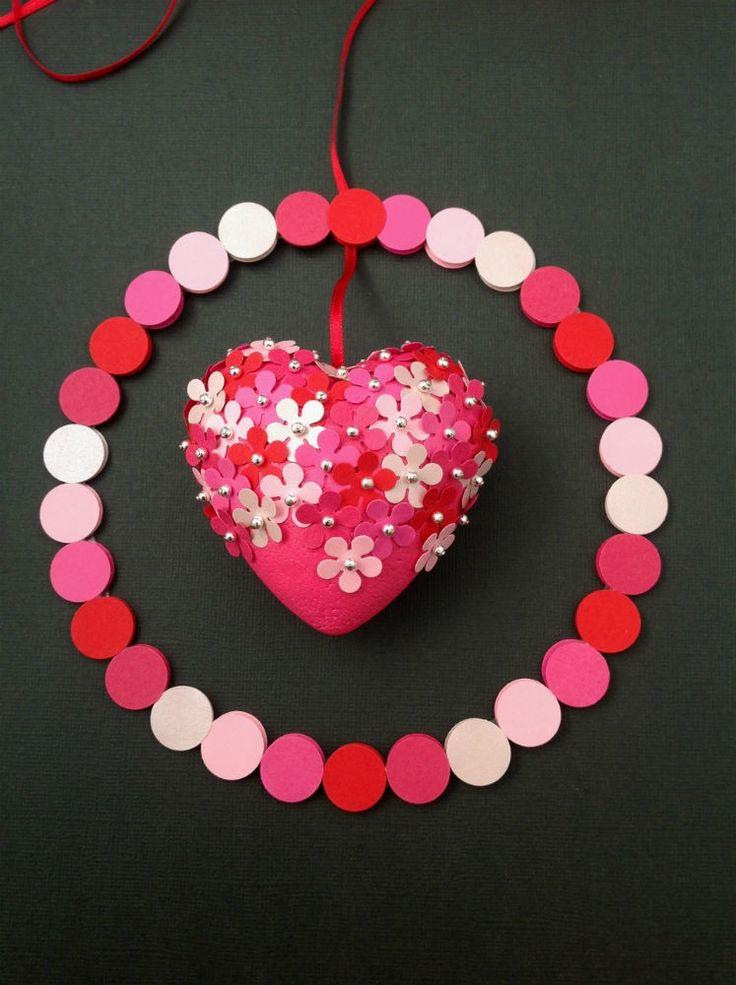 HJERTEURO Blomsterhjerte med 75 små blomster og sølvperler i en ring af prikker i smukke røde, pink og lyserøde farver. Uro til børneværelset. www.jannielehmann.dk