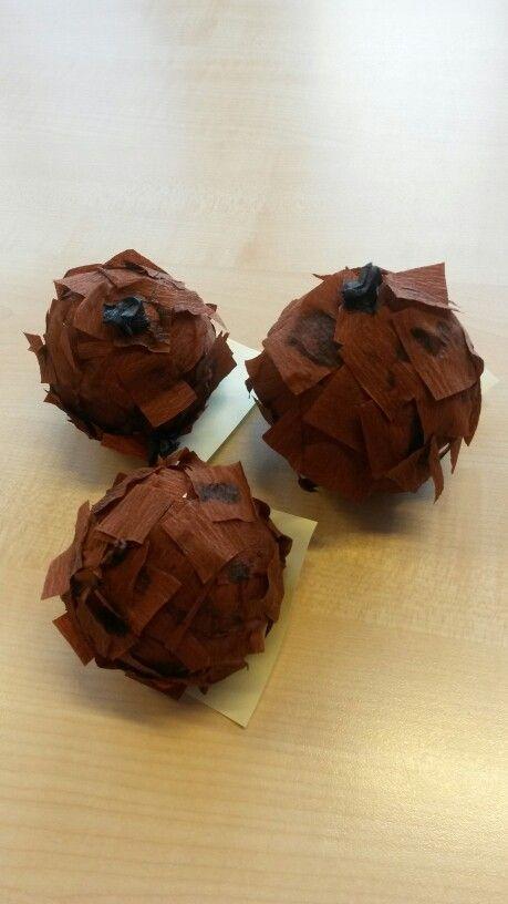Oliebol gemaakt van een piepschuimbol, met crêpepapier beplakt.