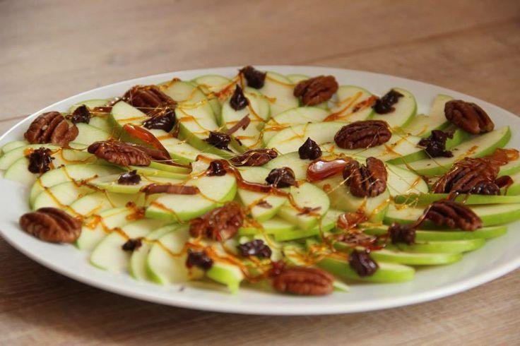 Apple nachos with pecan nuts, dark chocolate and caramel - Appel nachos met pecannoten, pure chocola en caramel