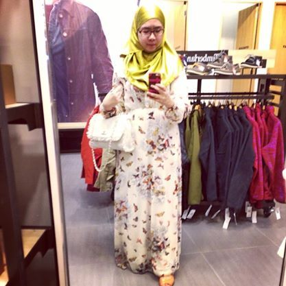 i love this picture bcoz im wearing satin shawl in olive green from laceohlace