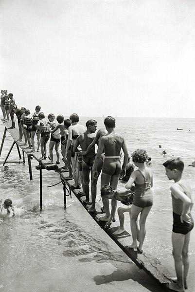 Bañistas en la playa de los Baños de San Sebastián. Barcelona, 1930-1935. © Brangulí / ANC, 2010.