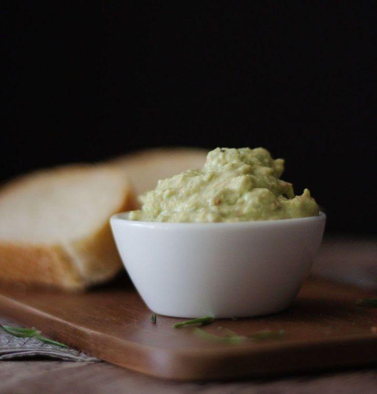 Avocado-Parmesan Creme ist ein toller Dip, leckerer Brotaufstrich und genau das Richtige für deine nächste Grillparty! Himmlisch lecker und ganz einfach!