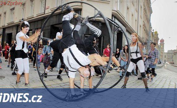 Žongléři v létě nasadí běžky, startuje festival pouličního divadla