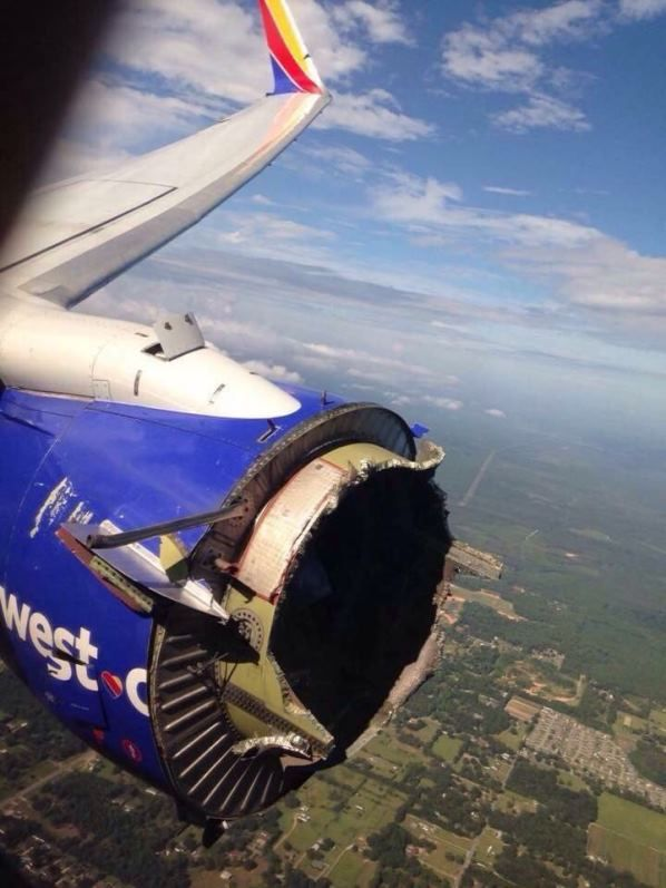 """""""Gritos y llantos a bordo"""": Un Boeing pierde parte del motor tras una explosión…"""