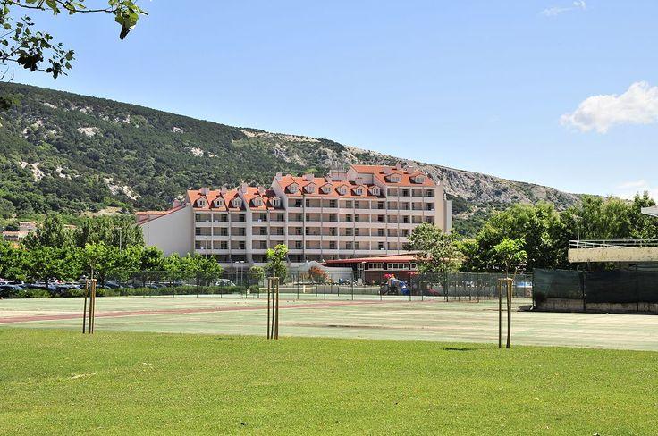 Ebenso neben dem Camping Zablace liegend die Tennisplätze. Dahinter Wellnesshotel Baska und Hotel Corinthia, dessen Wellnessangebot die Campingplatz-Gäste in Anspruch nehmen können.