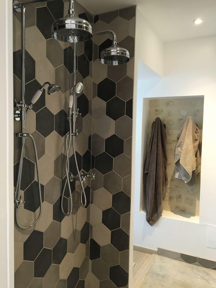 Salle de douche suite parentale confort à deux gris beige béton