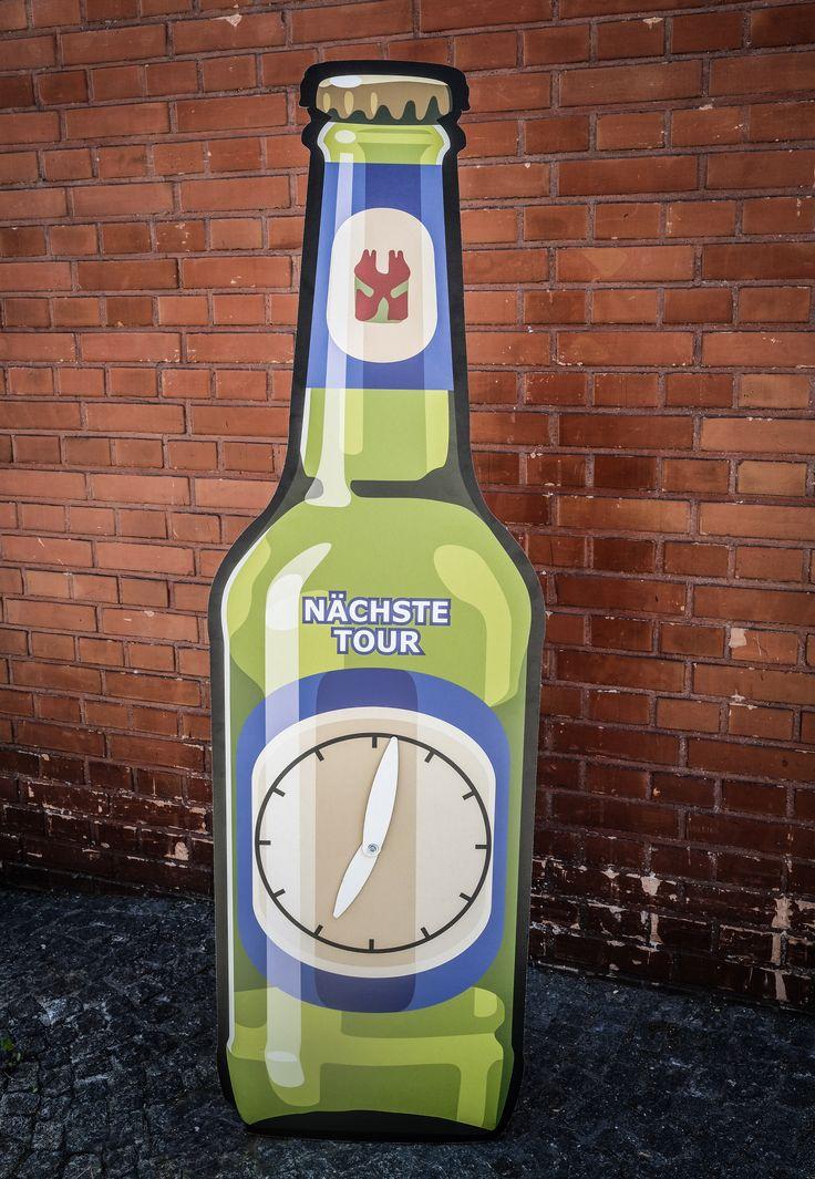 Für den Besuchertag bei Feldschlösschen durften wir mehrere mannsgrosse Bierflasche aus Karton erstellen.