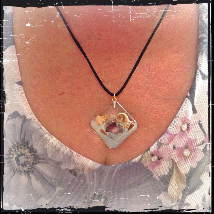 """Ciao mondo! Che bello! Un'altra foto di un altra cliente felice della sua nuova collana.. Lei ha scelto il """"mare in mano"""".. Un ciondolo in resina che incorpora delle piccole conchiglie della spiaggia di Caorle. Presto altri disponibili in negozio. Ciao"""