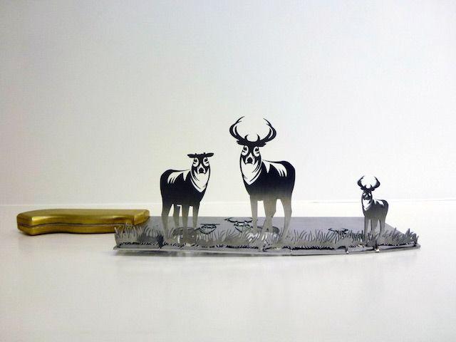Knife Shadow Silhouette Artworks-3. Les sculptures en papier sont impressionantes tant elles sont fines et délicates. Pour ce projet l'artiste Li Hongbo n'a cependant pas utilisé du papier mais des lames de couteaux métalliques qu'il a découpé en plusieurs silhouettes. Les découpes pleines sont surélevées, imitant le principe du pop-up alors que les formes vides sculptées dans la lame en représentent l'ombre.