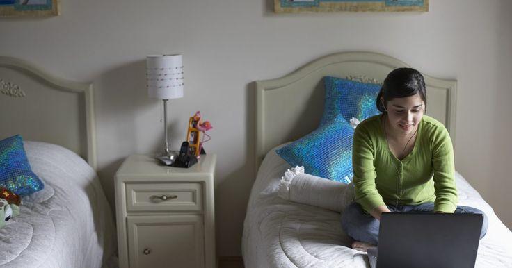 Estilos de quartos para meninas adolescentes com duas camas. Decorar um quarto com duas camas em um estilo apropriado para meninas adolescentes pode parecer uma tarefa assustadora. No entanto, há várias opções para criar um espaço funcional e relaxante que agrade a ambas ocupantes. Se as duas garotas têm preferências similares em termos de decoração, o trabalho é bem fácil. Para adolescentes com gostos ...