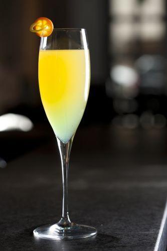 Swap drink Ingredientes: 1 colher de sopa de ciroc de banana 1/2 colher de sopa de limão siciliano 1 1/2 colher de sopa de licor de pêssego champagne Modo de preparo: Coloque os ingredientes nas medidas corretas em uma taça flute e complete com champagne Brut.