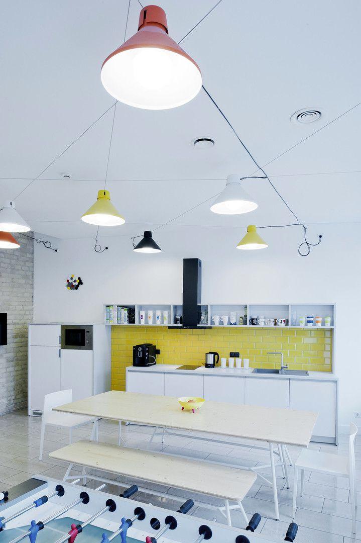 #frandgulo #interiordesign #кухня #дизайн #office Светлая, просторная офисная кухня. Уникальным предметом интерьера стал стеллаж из треугольных блоков, который придаёт пространству индивидуальный характер.