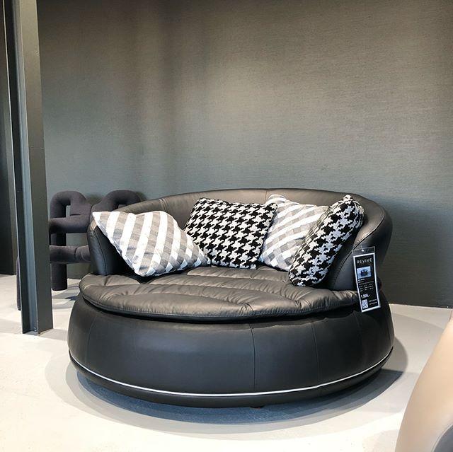 Das Nieri Espace Bei Uns Im Showroom Mit Einer Gemutlichen Liegeflache Fur Zwei Ladt Es Fur Gemutliche Gemeinsame Stunden Ein Furniture Decor Home Decor