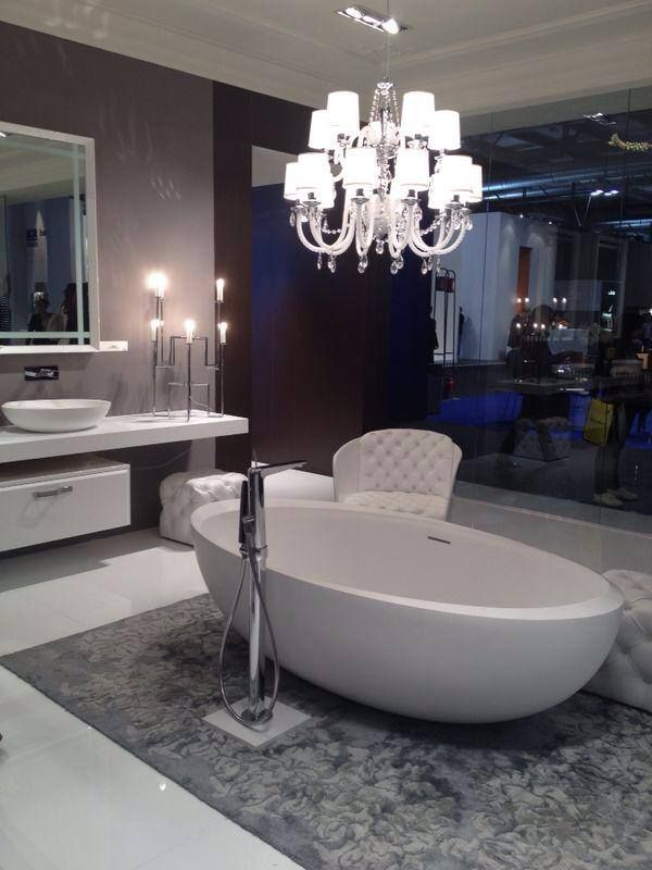 Neoclassical elegance with I Bordi #bathtub at Salone del Mobile in #MIlan. Look at the silk carpet, and its colour ;)