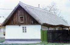 Lakóház, kerítés, tető