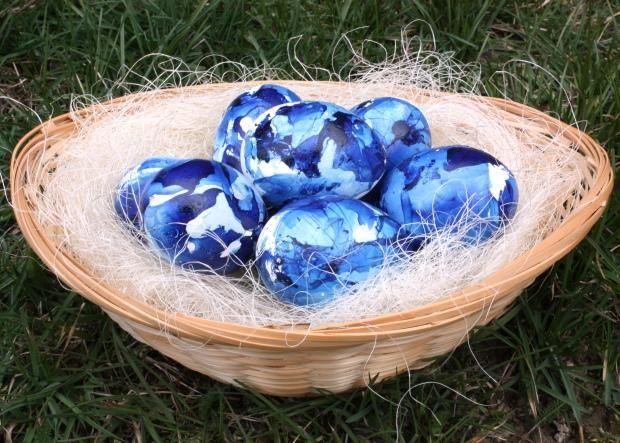Fotopostup na indigové veľkonočné vajíčka farbené lakom na nechty | Artmama.sk